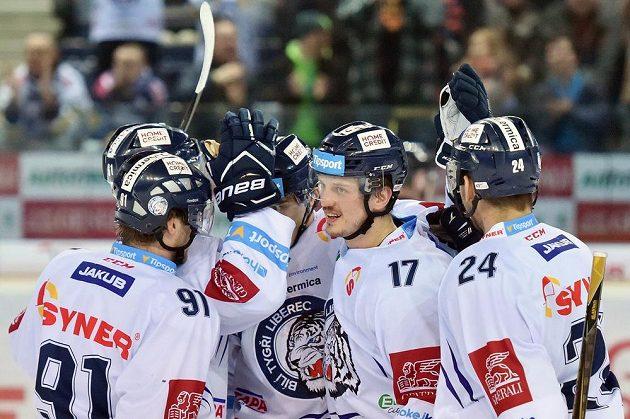 Autor gólu Lukáš Derner (druhý zprava) z Liberce se raduje se spoluhráči.