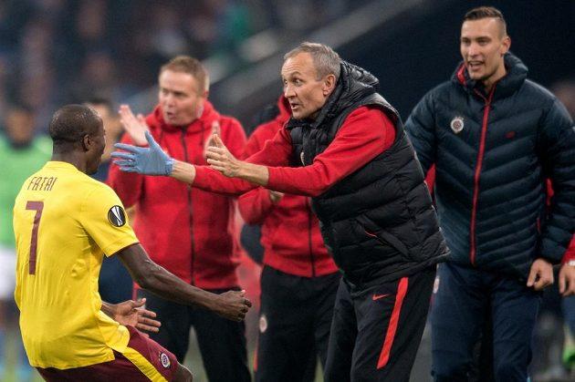 Sparťanský útočník Kehinde Fatai a masér Tomáš Stránský oslavují gól v utkání proti Schalke.