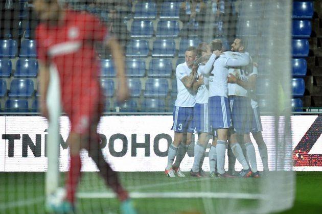 Hráči Mladé Boleslavi se radují z gólu proti Brnu.