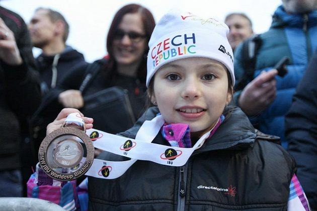 Kateřina Zelnická s medailí od Gabriely Koukalové.