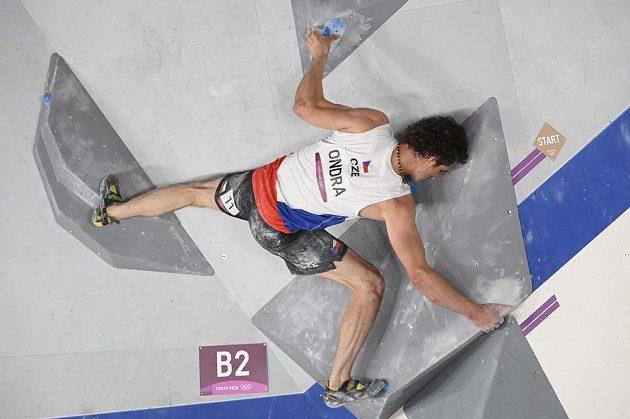 Adam Ondra během boulderingu.