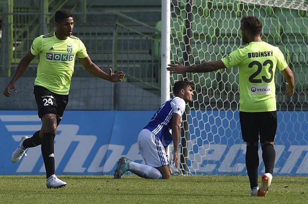 Eric Ramírez z Karviné (vlevo) si plácá se spoluhráčem Lukášem Budínským po gólu na 3:4.