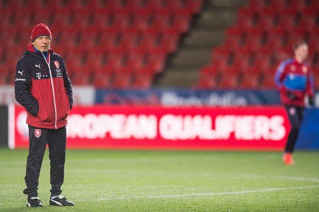Trenér Karel Jarolím během tréninku národního týmu.