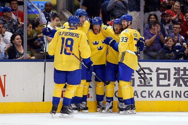 Švéd Victor Hedman (77) vstřelil gól proti Rusům na Světovém poháru a oslavuje ho se svými spoluhráči.