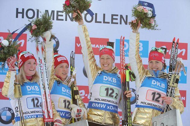 Zlaté norské kvarteto (zleva) Marte Olsbuová, Tiril Eckhoffová, Fanny Birkelandová a Synnoeve Solemdalová na stupních vítězů.