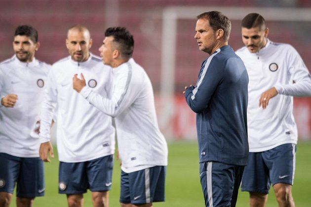 Fotbalisté Interu Milán se chystají na zápas Evropské ligy se Spartou. Vpředu trenér Frank de Boer.