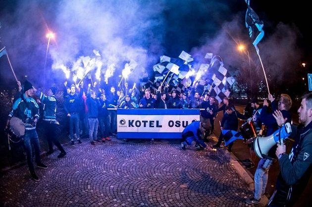 Fanoušci Ostravské univerzity před stadionem.