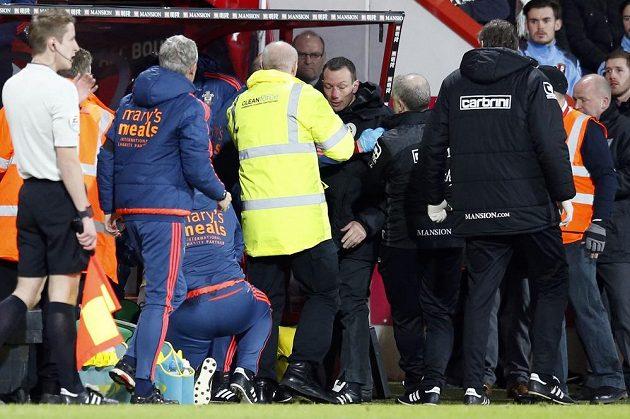 Čtvrtý rozhodčí Kevin Friend (uprostřed) v péči zdravotníků. Během utkání Bournemouth - Southampton náhle zkolaboval.