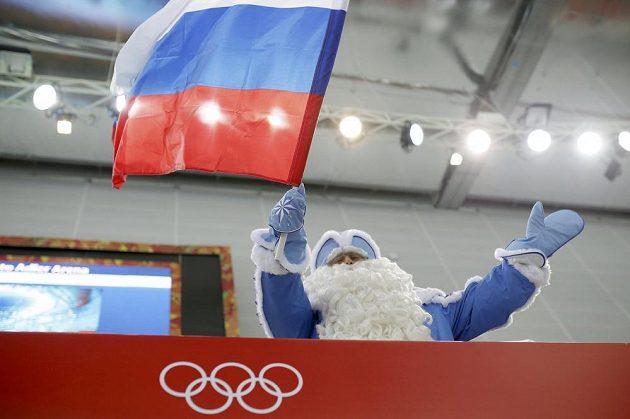 Fanoušek se rozehřívá před startem olympijského závodu rychlobruslařů na 5000 metrů.