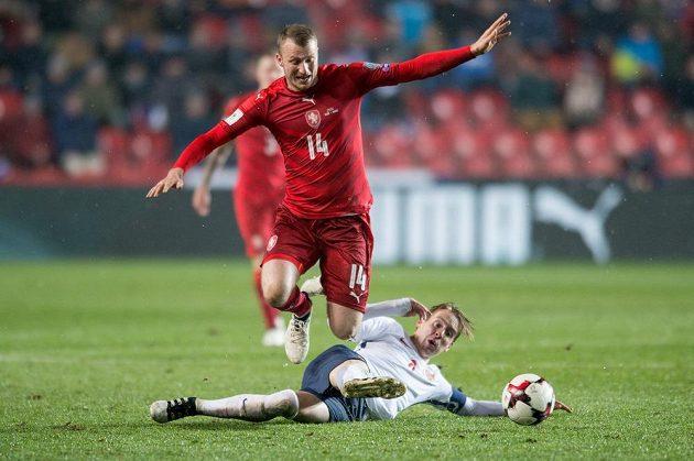 Michael Krmenčík a Stefan Johansen z Norska během utkání kvalifikace MS 2018.