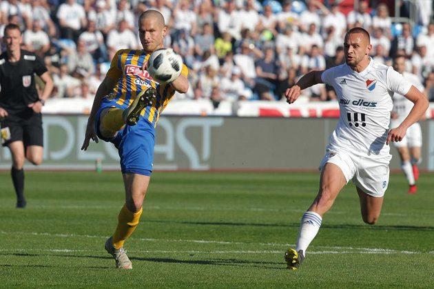 Jan Schaffartzik z Opavy odehrává míč za dozoru Denise Granečného z Ostravy během utkání první fotbalové ligy.