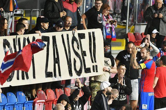 Obránce Roman Hubník (vpravo) se po zápase loučí s fanoušky Plzně.