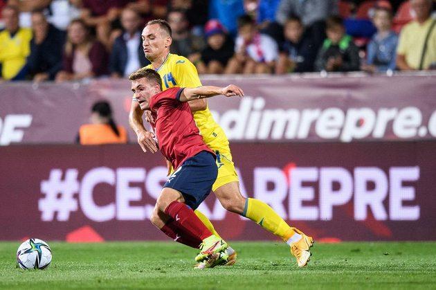 Michal Sadílek a Yevhen Makarenko z Ukrajiny během přípravného utkání fotbalové reprezentace.