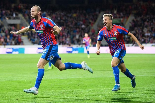Fotbalisté Viktorie Plzeň Michael Krmenčík (vlevo) a Jan Kopic oslavují gól na 1:0 během utkání 11. kola proti Spartě.