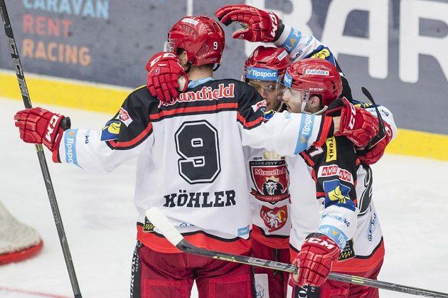 Hradecký útočník Antonín Honejsek (uprostřed) se raduje se spoluhráči z gólu proti Třinci.