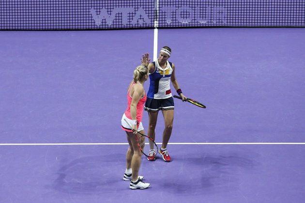 Maďarská tenistka Timea Babosová(v oranžovém) při povzbuzování s Andreou Hlaváčkovou ve finále čtyřhry na Turnaji mistryň