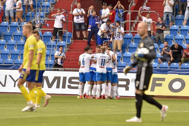 Fotbalisté Baníku se radují z gólu v síti Zlína, za poločas stihli slavit hned čtřikrát.