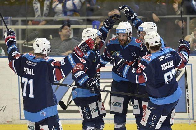 Hráči Chomutova se radují z gólu proti Brnu.