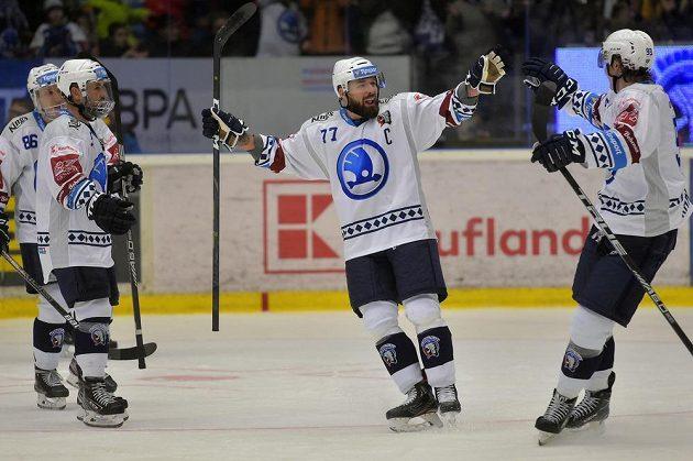 Hokejisté Plzně se radují z gólu, druhý zprava jeho autor Milan Gulaš.