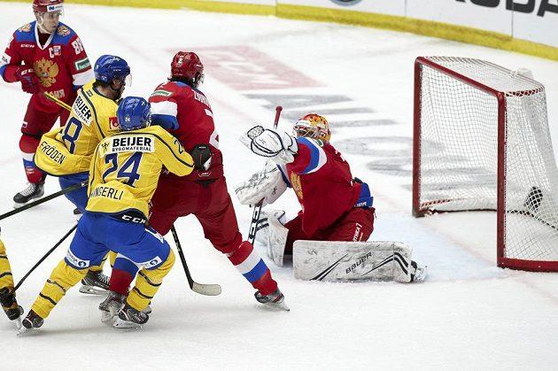 Gólman ruské hokejové reprezentace Alexander Samonov v akci během utkání Švédských hokejových her, kdy Rusové vyhráli nad domácí reprezentací 2:1 po samostatných nájezdech.