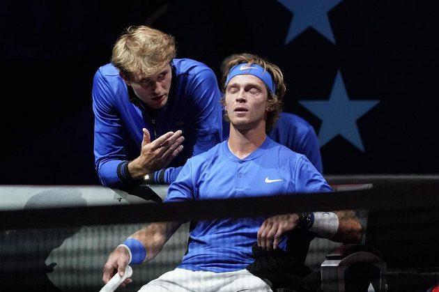 Tým Evropy zatím v Laver Cupu vede. Tenista Alexander Zverev z Německa domlouvá svému parťákovi, Andreji Rubljovovi, během utkání.