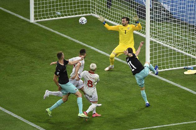 Rakouský fotbalista Stefan Lainer (vpravo) střílí gól v utkání EURO proti Severní Makedonii.