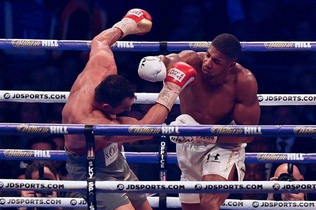 Přesná rána. Anthony Joshua nakonec zápas s Vladimirem Kličkem ve Wembley zvládl.