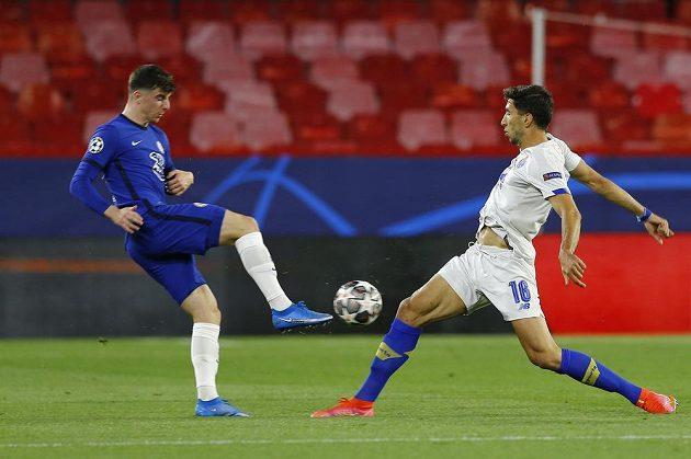 Fotbalista Chelsea Mason Mount v akci s Marko Grujičem z FC Porto během čtvrtfinále Ligy mistrů.