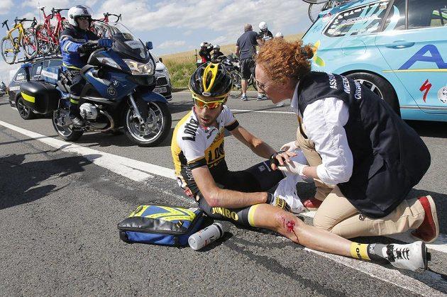 Lékařka ošetřuje zraněného nizozemského cyklistu Laurensa ten Dama po hromadném pádu na Tour.