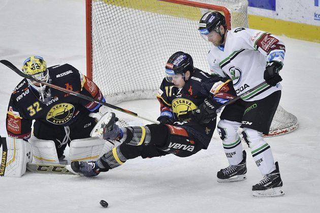 Brankář Litvínova Jaroslav Janus, jeho spoluhráč Lukáš Doudera a mladoboleslavský Jan Stránský v akci během extraligového utkání.