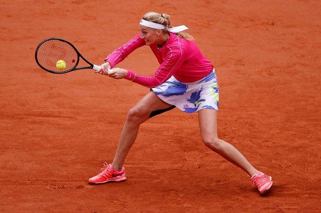Ptra Kvitová vrací míč v osmifinále French Open.