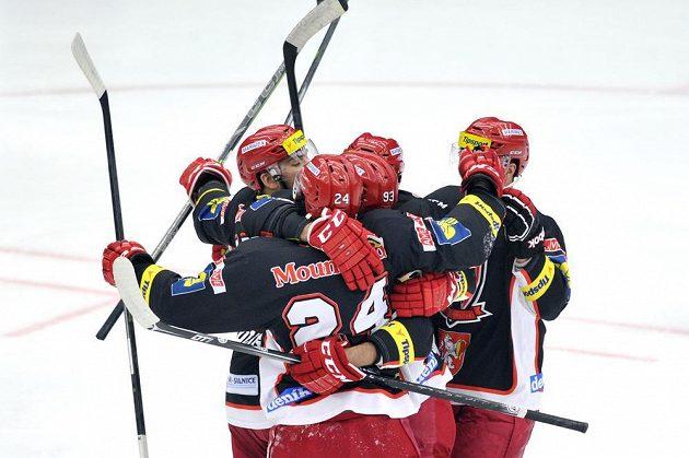 Královéhradečtí hokejisté slaví gól proti Liberci v utkání 16. kola Tipsport extraligy.