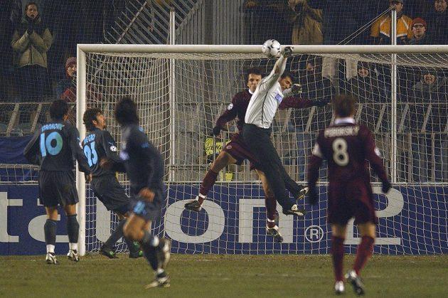 Útočník Sparty Marek Kincl překonává brankáře Lazia Řím Peruzziho během utkání základní skupiny Ligy mistrů. Zápas se hrál 9. prosince 2003 v Praze.