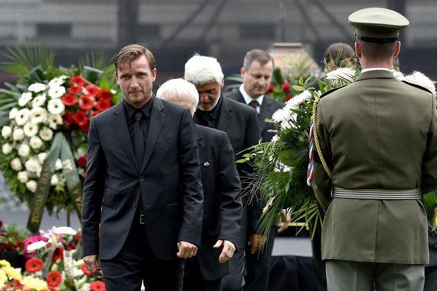 Vladimír Šmicer během posledního rozloučení s legendárním fotbalistou Josefem Masopustem na stadiónu Juliska v Praze.