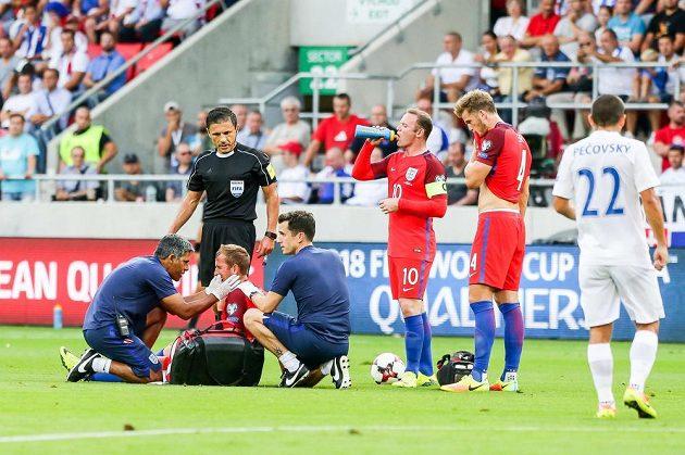 Angličan Harry Kane je ošetřován při utkání se Slovenskem v Trnavě během kvalifikace o MS 2018.