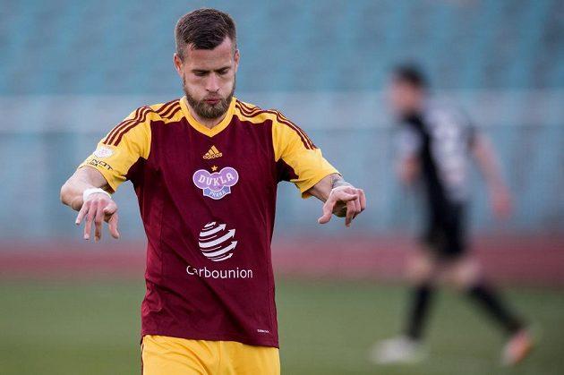 Útočník Dukly Jakub Mareš se raduje ze čtvrtého gólu svého týmu v duelu proti Jablonci.