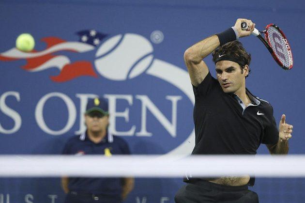 Švýcar Roger Federer v zápase s Gaelem Monfilsem.