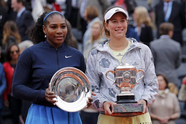 Vítězka French Open Garbiňe Muguruzaová (vpravo) a poražená finalistka Serena Williamsová z USA.