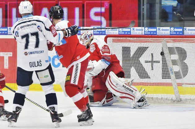 Olomoucký brankář Branislav Konrád inkasuje první gól. Přihlížejí Milan Gulaš z Plzně a Tomáš Dujsík z Olomouce.