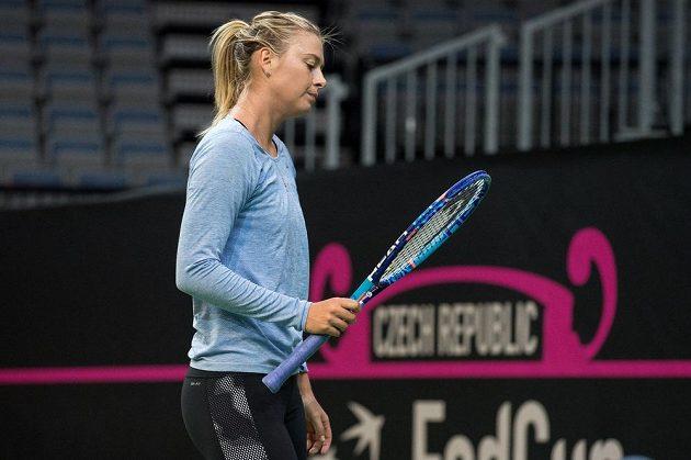 Ruská tenistka Maria Šarapovová si kontroluje raketu během tréninku před finále Fed Cupu v Praze.