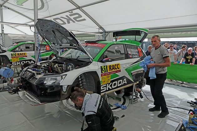 Josef Kopecký při Španělské rallye v servisní zóně pečuje o vůz syna Jana.