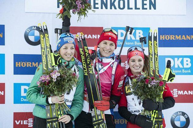 Poslední sprint biatlonistek v sezoně na Světovém poháru na Holmenkollenu vyhrála slovenská mistryně světa Anastasia Kuzminová (uprostřed), druhá skončila Franziska Preussová z Německa a třetí místo brala další Slovenka Paulína Fialková.