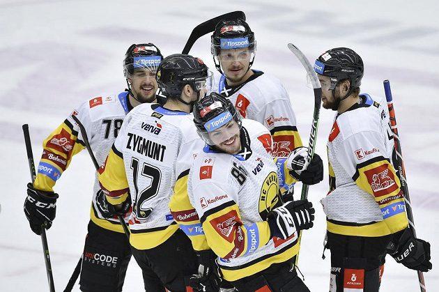 Filip Helt (vpředu) se raduje se spoluhráči z Litvínova z gólu.