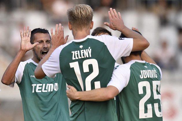 Ivan Schranz (vlevo) z Jablonce se raduje se spoluhráči z druhého gólu.