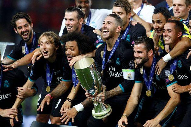 Fotbalisté Realu Madrid slaví triumf v Superpoháru. S trofejí Sergio Ramos.