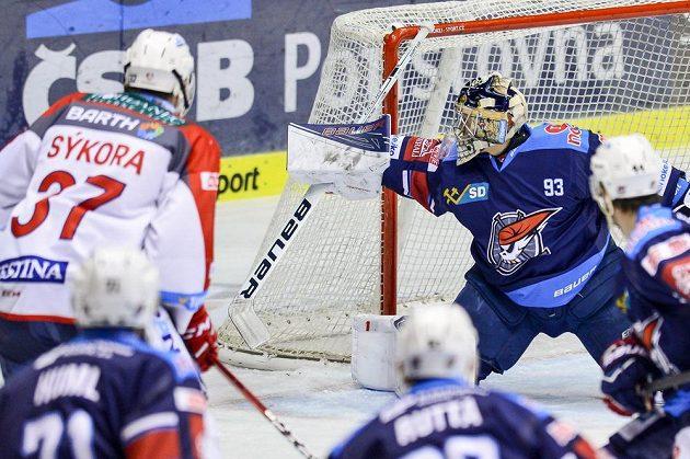 Chomutovský brankář Tomáš Král dostává gól v zápase s Pardubicemi.