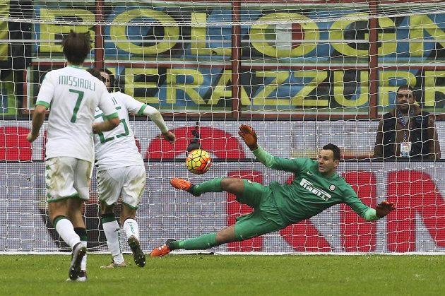 Domenico Berardi ze Sassuola proměňuje penaltu proti Interu Milán.