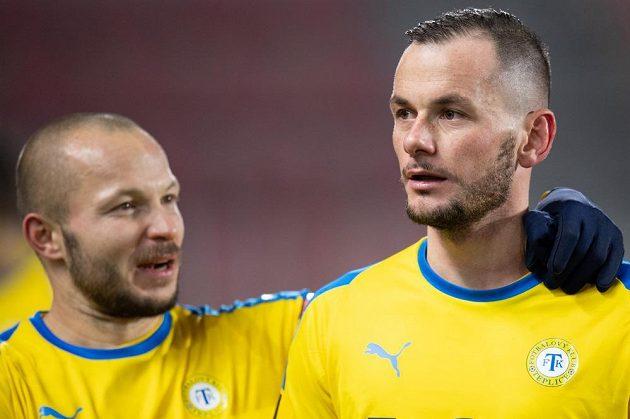 Fotbalisté Teplic Tomáš Vondráček (vlevo) a Pavel Moulis oslavují vítězství 1:0 proti Spartě.