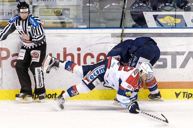 Pardubický útočník Dmitrij Moňa (vpředu) a chomutovský obránce Adam Jánošík v utkání 42. kola hokejové Tipsport extraligy.