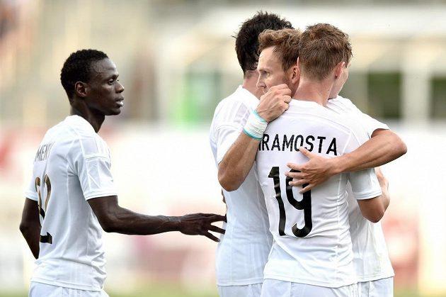 Daniel Bartl (druhý zprava) oslavuje se svými mladoboleslavskými spoluhráči vstřelený gól proti norskému týmu Strömsgodset.